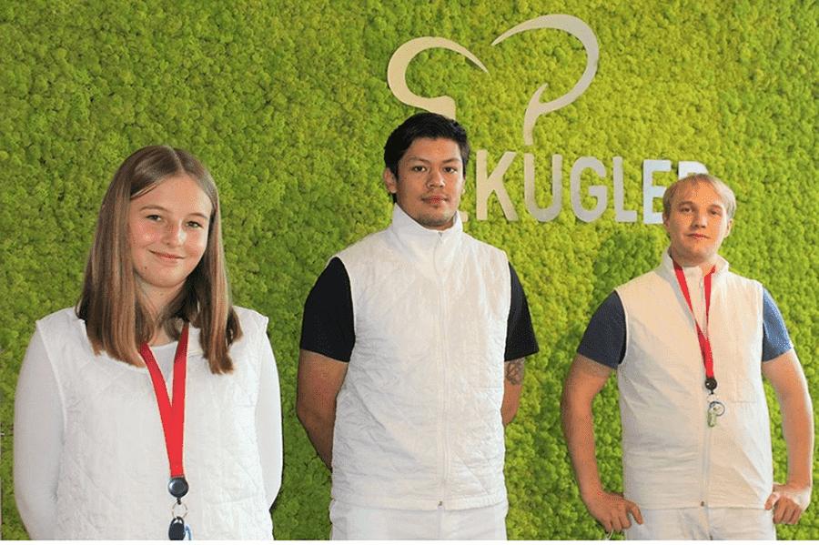 junge-mitarbeitende-industrie-facharbeiterin-tablet-wissensmanagement